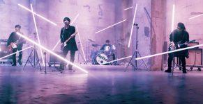 スピッツ「紫の夜を越えて」MV
